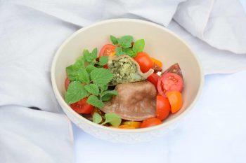 Spinat-Nudl<br>mit frischen Tomaten und Kräutern (Vorspeise)