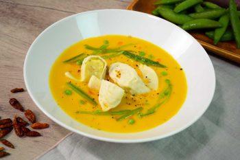 Dreilauch-Nudl in thailändischer Rote-Linsen-Suppe