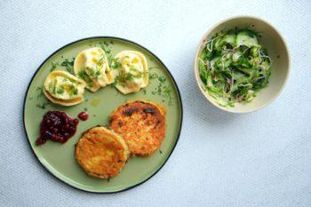Bärlauch-Nudl <br> mit Kohlrabischnitzeln & Gurkensalat